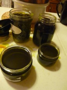 Filling jars and tins with salve
